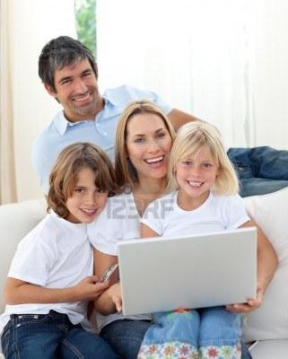 10129960-lindos-ninos-con-sus-padres-mediante-un-ordenador-portatil
